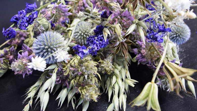 Букеты из сухоцветов могут стать эффектным декором интерьера фото