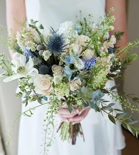 Синеголовник в букете невесты фото