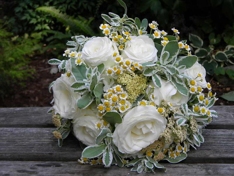 Свадебный букет невесты с молочаем окаймленным фото